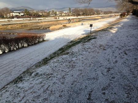 うっすらと雪の賀茂川