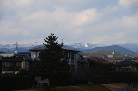 雪の残る北山