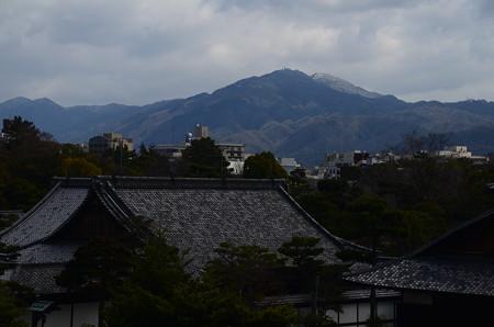 うっすらと雪の比叡山