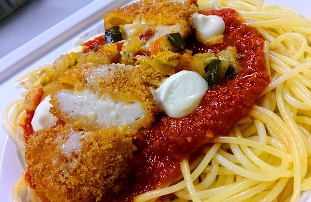 ファミマ チキンカツと野菜の辛口トマトオパスタ アップ