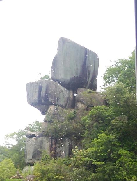 岩の写真、もう一枚あった。これは品の字岩。白い水玉は船の窓についてる水滴