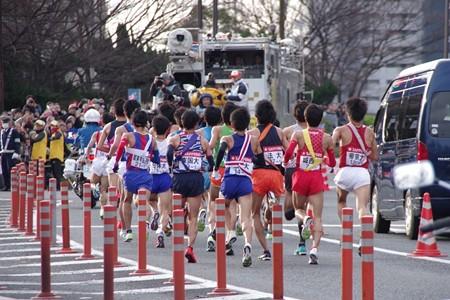 新八ツ山橋を駆け上がっていく選手たち