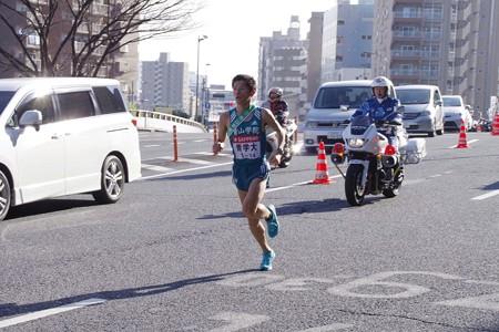 力強く新八ツ山橋を駆け下りる青山学院大学 渡邉利典選手