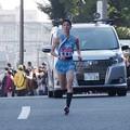 写真: 新八ツ山橋を越えた東海大学金子晃裕選手