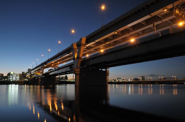 写真: マジックアワーの首都高堀切橋