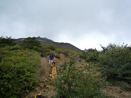 登山道。大勢の登山客の中、犬の散歩状態の一家が・・・
