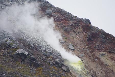 山頂付近では硫黄泉が吹き上げていました