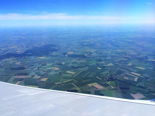 フランスの田舎町上空…