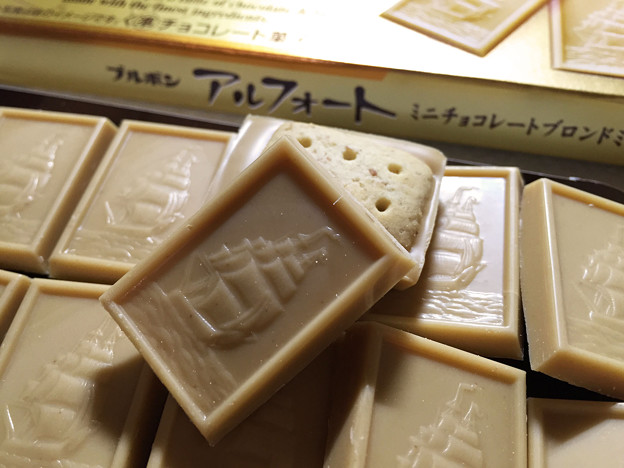20151006-02『ブルボン』の「アルフォート ミニチョコレートブロンドミルク」02