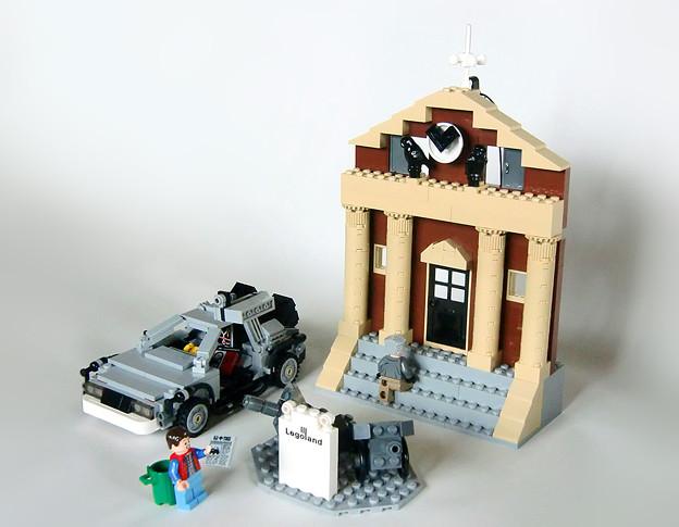レゴ社デロリアンVSオリジナル時計台
