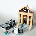 写真: レゴ社デロリアンVSオリジナル時計台