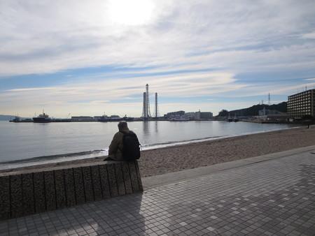 久里浜港を眺めながらの高齢者。何を思うのか。
