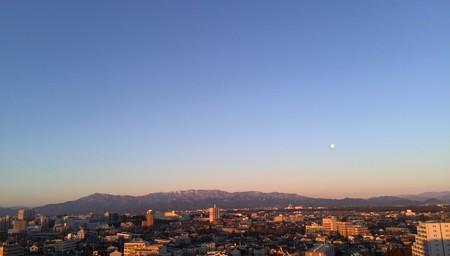 朝焼けと月に丹沢を望む。なかなかきれいだった