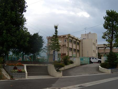 塗り替え工事中の本庄小学校