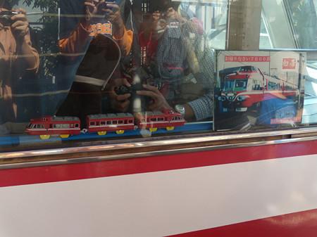 7011F7012の展望席最前列に置かれたポスターとプラレール