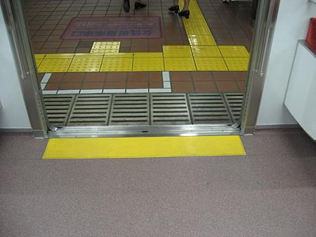 N1000形ドア床黄色