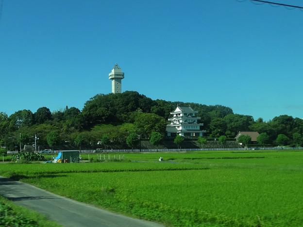 写真: 名鉄瀬戸瀬から見た城山公園・旭城 - 02
