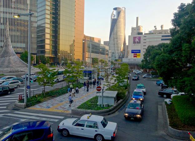 週末、人通りの多い名古屋駅前 - 1