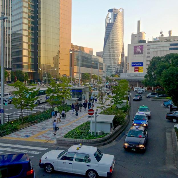 週末、人通りの多い名古屋駅前 - 2