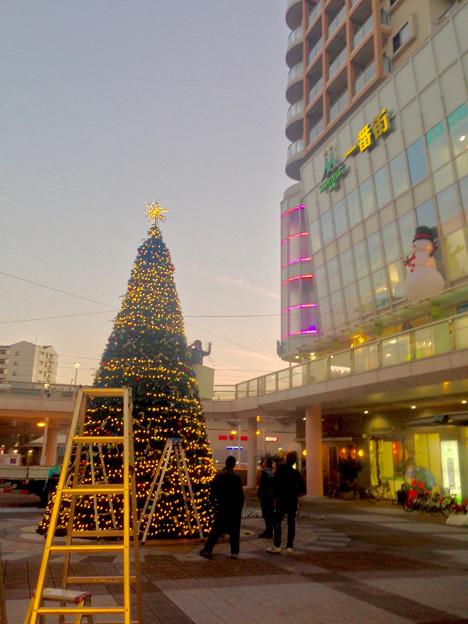 ちょうど設置作業中だった、JR勝川駅前のクリスマスツリー(2015) - 3