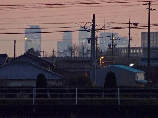 写真: 小牧市内から見た、夕暮れ時の名駅ビル群