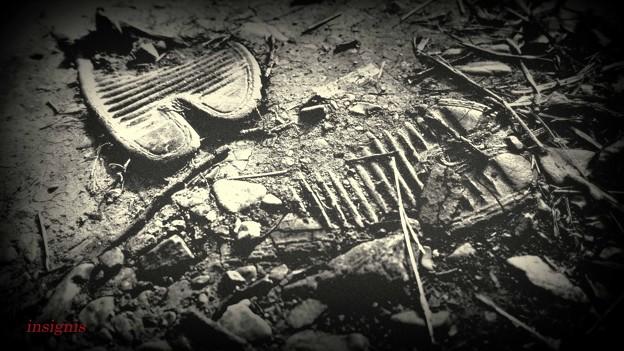 埋もれる地下足袋......