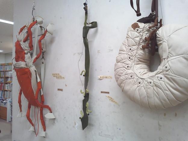 写真: ジュンク堂書店七階にて、ダニのデイバッグ、青虫のネクタイ、カブトムシの幼虫バッグ。凄過ぎるw!ウチの奥ちゃんはこの作家さんの蛸のバッグ持ってます。