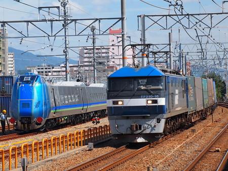 EF210貨物とキハ285系 山陽本線鷹取駅