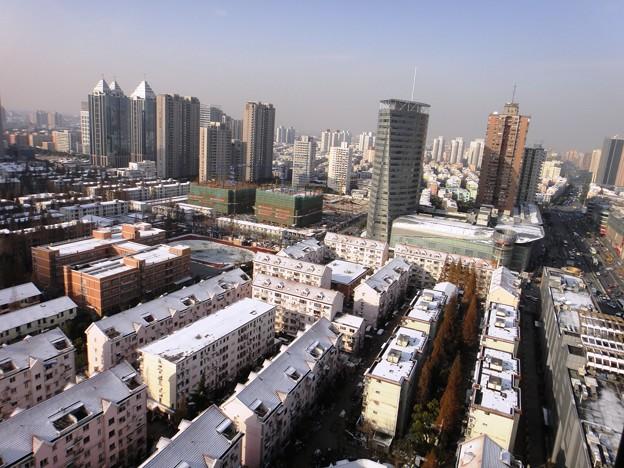 12月16日 上海虹橋地区の朝 遠くのビル群と雪景色