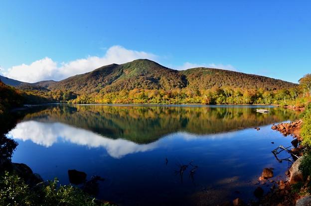 須川湖紅葉と青空