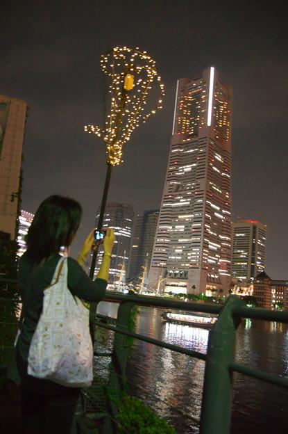 美女とランドマークタワー