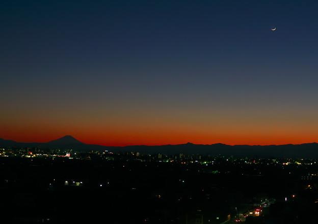 地球照の月と富士山