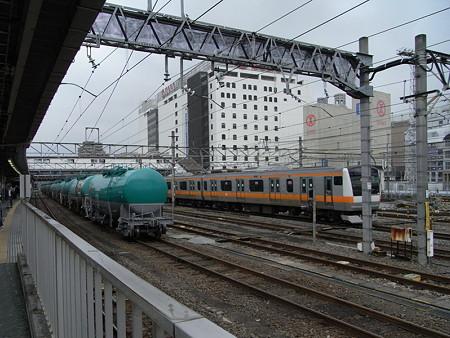 タキと中央線E233系(八王子駅)
