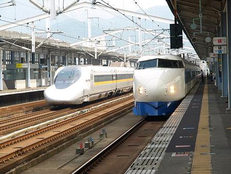 0系R68編成と700系ひかりレールスター(新下関駅)