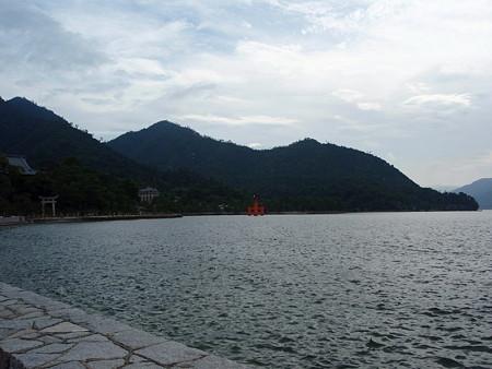 厳島神社の鳥居(宮島桟橋から)