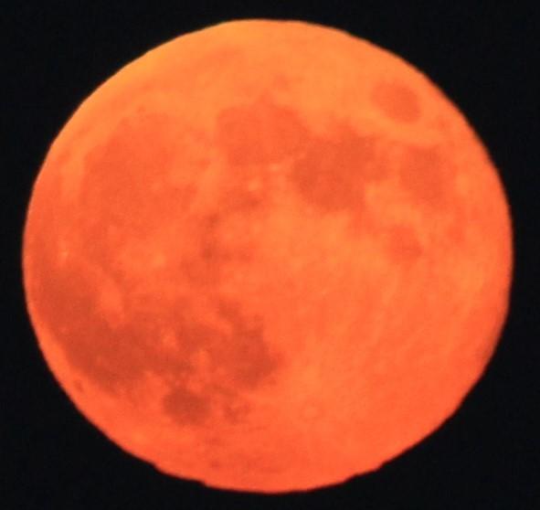 赤い満月(ス-パ-ム-ン)が昇る  09:09