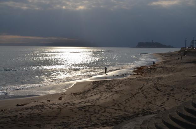 浜辺に佇む