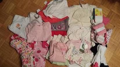 6-12 months。半袖6、長袖12、パジャマ2、セーター2、帽子2、パンツ3、その他3、タイツ3、靴下15。全て新品$20。