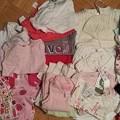 写真: 6-12 months。半袖6、長袖12、パジャマ2、セーター2、帽子2、パンツ3、その他3、タイツ3、靴下15。全て新品$20。