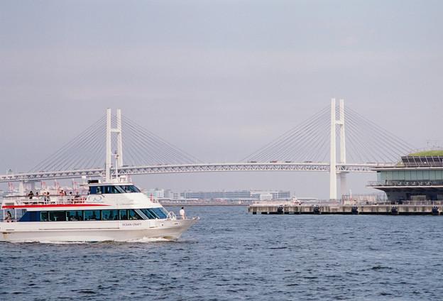ベイブリッジと遊覧船