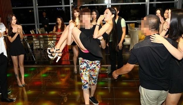 Photos: THEバブル イベント後は水着ネエチャンはべらせてドンちゃん騒ぎ (6)