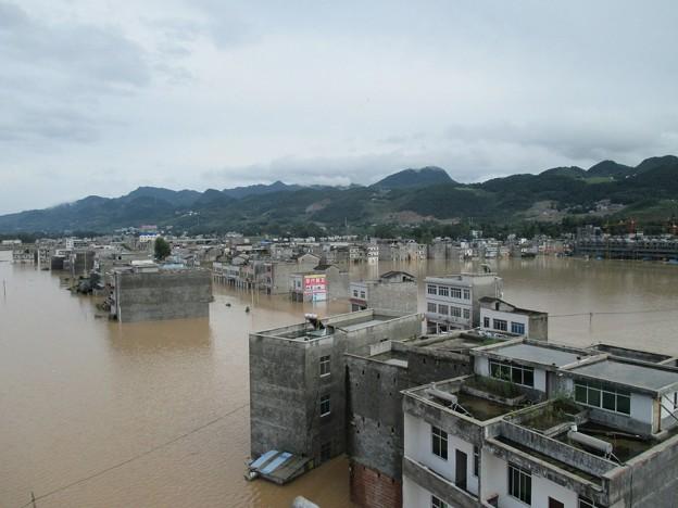 重慶 暴雨で大冠水と地すべりの爪跡  (1)