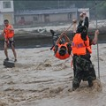 写真: 重慶 暴雨で大冠水と地すべりの爪跡  (4)