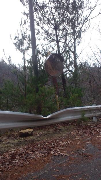 山間部のガードレールはこんな風に凹む。よ!