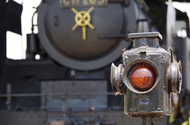 写真: C11265蒸気機関車と信号機