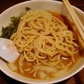 写真: 琉球チルダイ 石垣黒鶏の濃厚味噌ラーメン 麺リフト