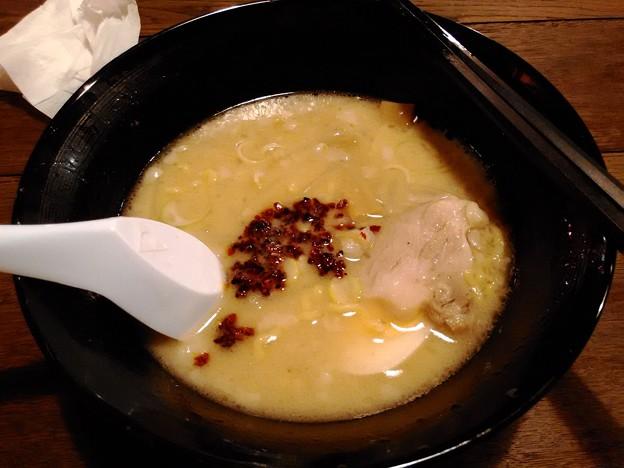 写真: 琉球チルダイ 背脂チャッチャッ昭和豚骨ラーメン 唐辛子投入