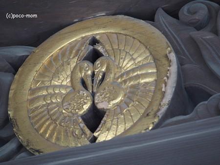 遍照光院 正面玄関破風飾り 丸に対い鶴 PB030728
