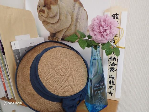 三輪途道カレンダーと藤井製帽の麦帽とルシェルブルーと海龍王寺さんのお札P5081324