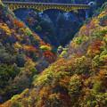 深い渓谷と紅葉